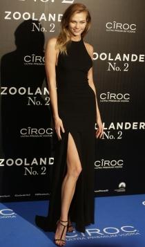 Vestidos con abertura lateral: la pierna de Karlie Kloss