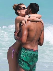 Doutzen Kroes y Sunnery James, amor y besos en la playa