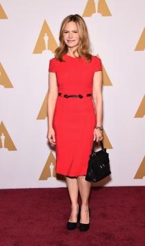 Oscars 2016: Jennifer Jason Leigh apuesta por el rojo
