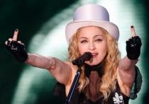 Peinetas de famosos: Madonna, sacando dos dedos
