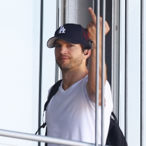 Peinetas de famosos: Ashton Kutcher, muy maleducado