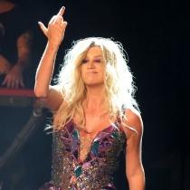 Famosos haciendo peinetas: Kesha en sus conciertos