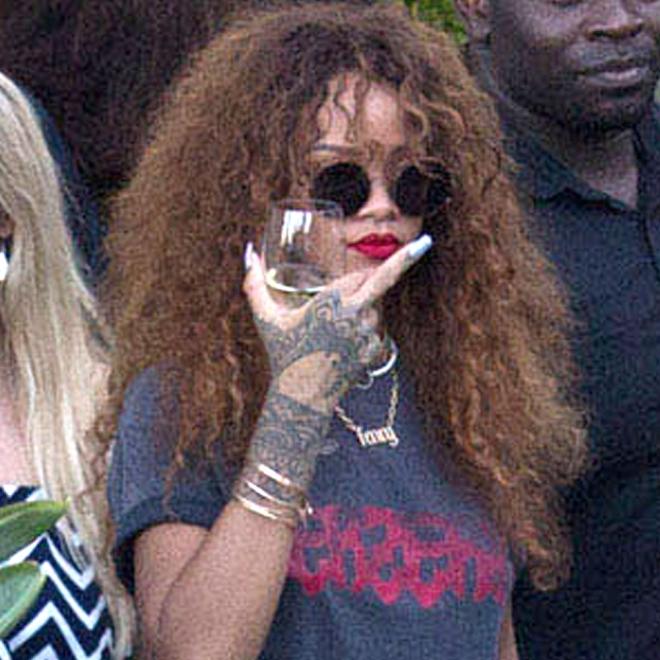 Peinetas de famosos: Rihanna, sacando el dedo corazón