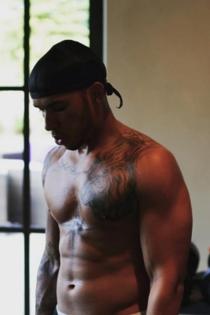 Hombres desnudos del deporte: Lewis Hamilton, cuerpo tatuado
