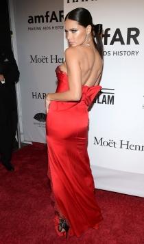 El look más sugerente de Adriana Lima en la gala amfAR