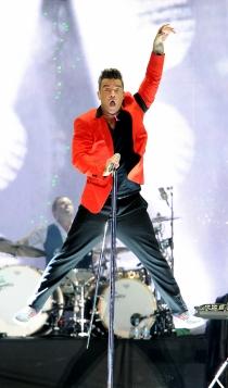 Robbie Williams, experto en 'volar' en el escenario