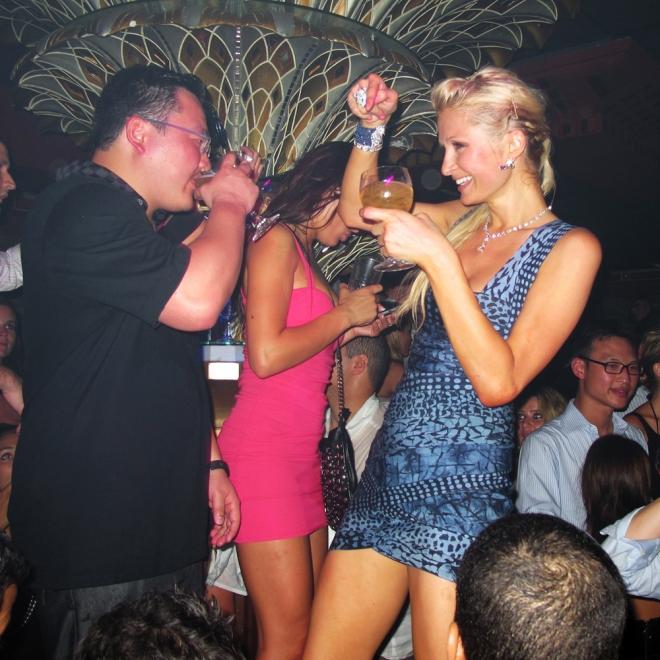 Paris Hilton, de copas por las discotecas del mundo