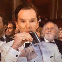 Momentazos Oscars: Benedict Cumberbatch y su petaca