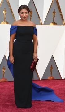 Oscars 2016: Mindy Kaling, con un look en negro y azul