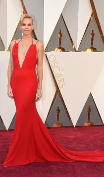 Oscars 2016: un Dior en rojo pasión para Charlize Theron