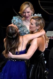 Gala Oscars 2016: El abrazo de Brie Larson y Cate Blanchett