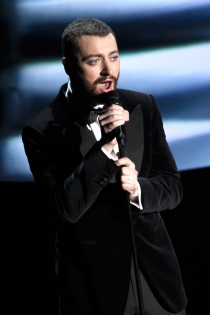 Gala Oscars 2016: Sam Smith, a lo James Bond