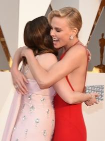 Momentazos Oscars 2016: el abrazo de Charlize Theron y Emily Blunt