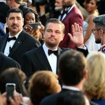 Momentazos Oscars 2016: DiCaprio, apaciguando a las masas en la red carpet