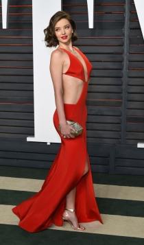 Vanity Fair Oscars 2016: Miranda Kerr apuesta por el rojo