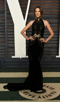 Vanity Fair Oscars 2016: Alessandra Ambrosio, sexy de negro