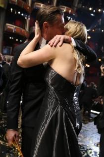 Gala Oscars 2016: El beso de DiCaprio y Kate Winslet