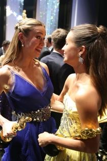Gala Oscars 2016: Brie Larson y Alicia Vikander celebrando su éxito