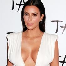 Braless: Kim Kardashian prefiere la cinta aislante a llevar sujetador