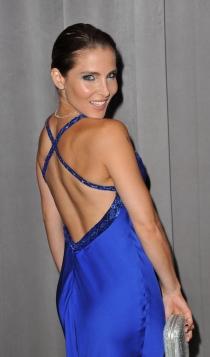 Elsa Pataky, posando de espaldas mostrando escote