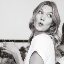 Karlie Kloss, divertida en el backstage