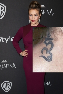 Tatuajes en el cuello: las letras de Alyssa Milano
