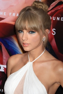 Tendencias beauty: Taylor Swift, a tope de azul