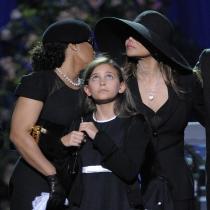 Paris, mirando al cielo en el funeral de Michael Jackson