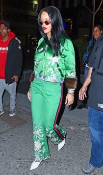 Rihanna, chándal verde y tacones blancos