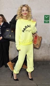 Rita Ora, con chándal amarillo y taconazos en negro