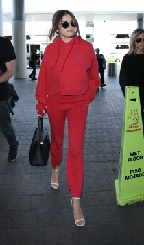 Selena Gómez, con sandalias y chándal en un total look rojo