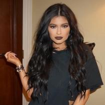Kylie Jenner lleva los labios marrones al extremo