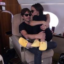 Victoria Beckham presumiendo de zapatillas con un amigo