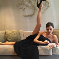 Victoria Beckham, sencilla y natural en el salón de su casa