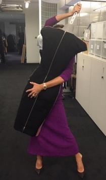 Victoria Beckham, muy acaramelada con un maniquí