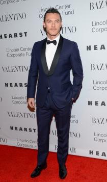 Un traje azul marino es todo lo que necesita Luke Evans