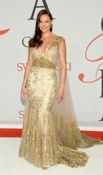 El vestido dorado de Ashley Judd para triunfar