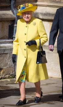 Isabel de Inglaterra, con un vivo look amarillo