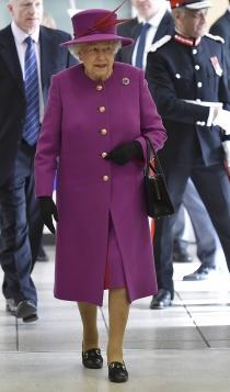 La reina Isabel, un total look en morado