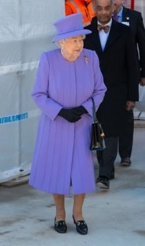 El total look lila de la reina Isabel