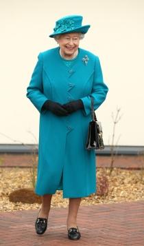 Otro look azul para la reina Isabel de Inglaterra
