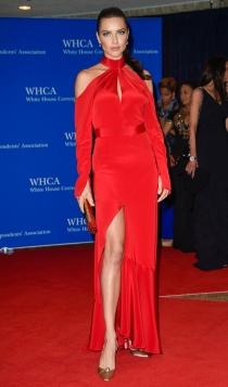 Cena de Corresponsales de la Casa Blanca: Adriana Lima, muy guapa