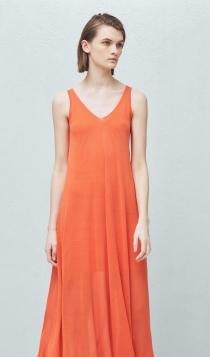 Un vestido suelto de MANGO es la opción perfecta para la barriguita de embarazada