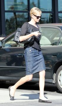 Charlize Theron también piensa en una falda vaquera oscura