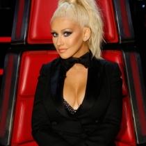 El escotazo de Christina Aguilera, con maquillaje marcado en La Voz