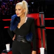 Christina Aguilera, con estola y traje negro en La Voz