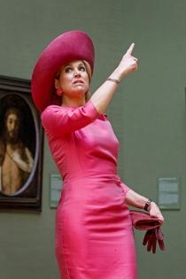 La reina Máxima de Holanda, señalando al infinito