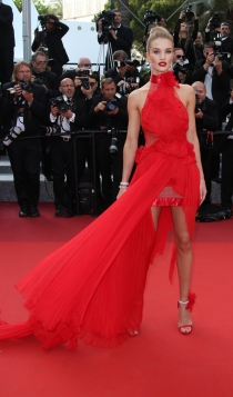 Cannes 2016: Rosie Huntington Whiteley, radiante de rojo