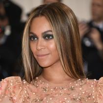Beyoncé combina unos ojos oscuros con los labios nude en mate