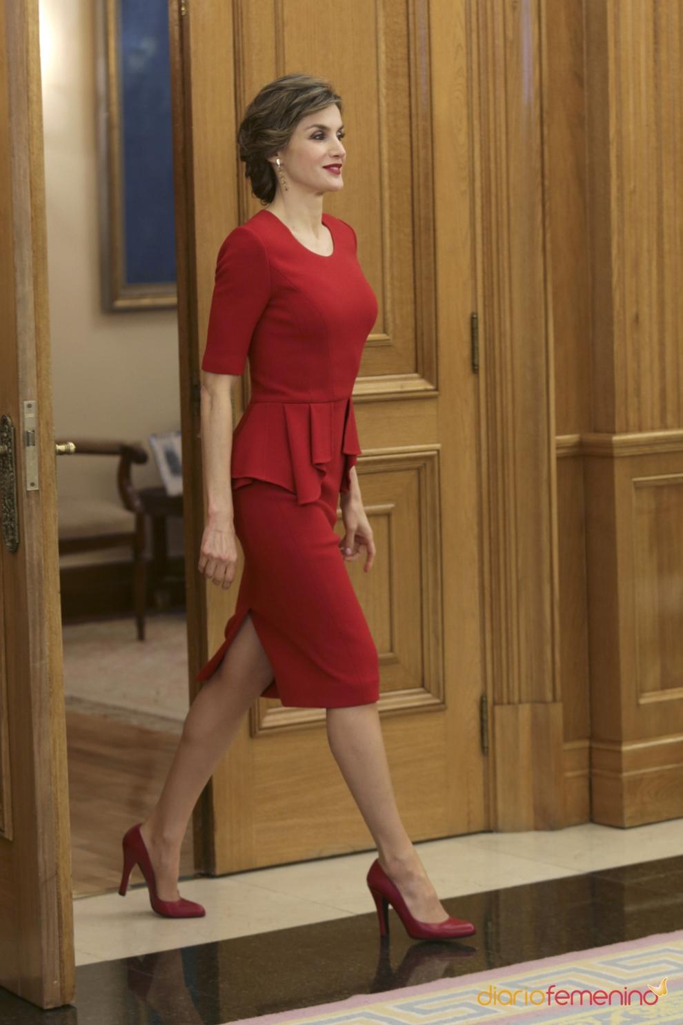 de bodas de mañana: un traje rojo con peplum como Letizia
